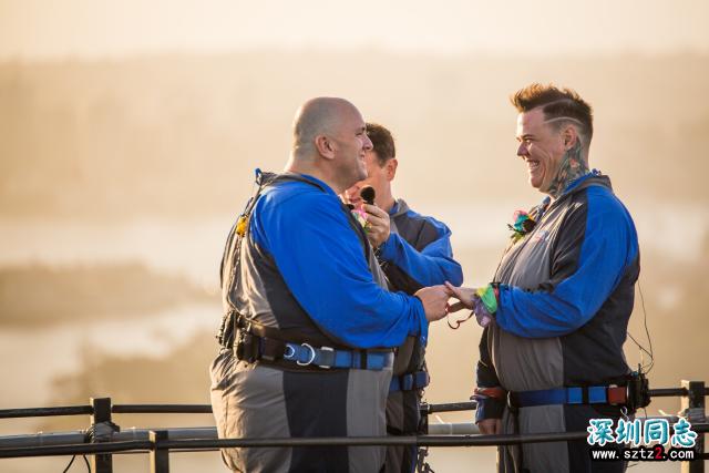 悉尼LGBT大游行40周年之际,悉尼大桥之巅迎来首场同性婚礼