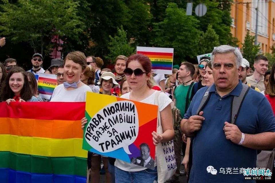 """乌克兰基辅…举行大规模""""同性恋游行"""""""