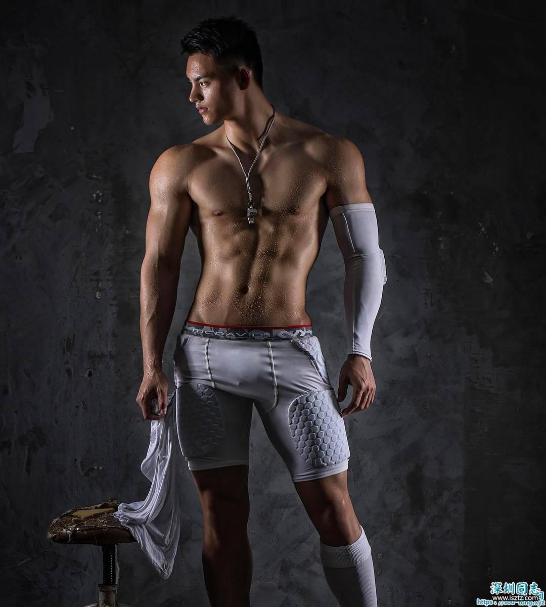 白内裤,粗壮的大腿,还有雄壮的肌肉身材
