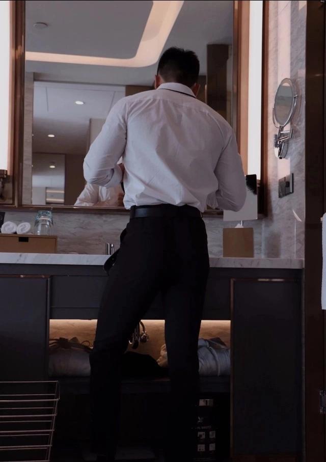 痞一下,原来是男人帅气是不用脱衣服的