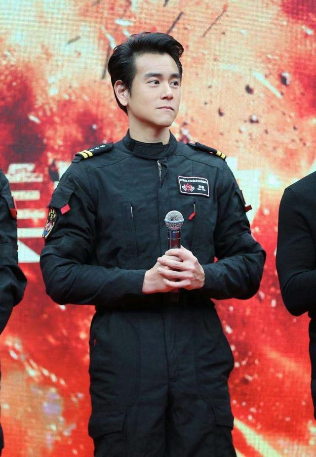 行走的荷尔蒙彭于晏,完美演绎西装和制服的造型