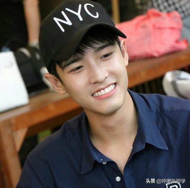 笑容甜美勤工俭学的小哥哥,工作服戴着黑色的帽子极其可爱!