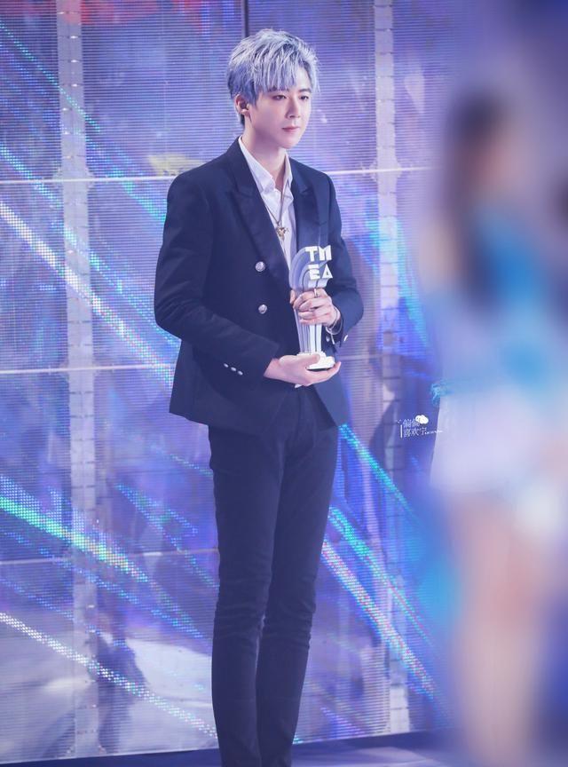 189cm刘宇宁,穿紧身裤配西装,大长腿抢镜